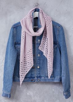 Free Knitting Pattern for a Light and Airy Summer Lace Scarf ⋆ Knitting Bee – Knitting patterns, knitting designs, knitting for beginners. Easy Scarf Knitting Patterns, Easy Knitting, Finger Knitting, Lace Knitting Stitches, Sweater Patterns, Summer Knitting, Stitch Patterns, Summer Scarves, Scarf Summer