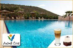 Απολαύστε τον καφέ και το γλυκό σας στον υπέροχο πολυχώρο Anima Club δίπλα στην πισίνα! 7,5€ για 2 καφέδες και brownies με παγωτό σε έναν αναζωογονητικό και νεανικό χώρο με θέα το Σαρωνικό Κόλπο, αξίας 12€