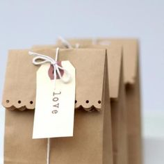 Cute little favor bag or simple gift bag.  Idea is from tipjunkie.