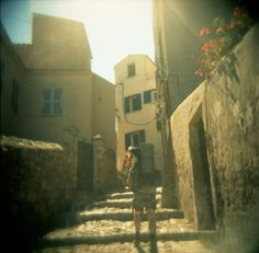 De zon schijnt in Calvi, Cosica. Holga 120CFN met Fujichrome 100 film.