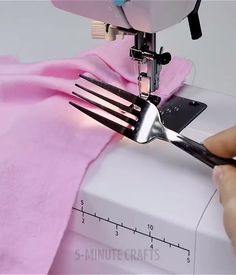 Sewing Art Sewing Tools Sewing Tutorials Sewing Hacks Sewing Patterns Sewing Projects Sewing Techniques Techniques Couture Learn To Sew How to sew an invisible zipper into a partially sewn seam. I thought if you see this picture you can run to your sewing Sewing Stitches, Embroidery Stitches, Hand Embroidery, Sewing Patterns, Afghan Patterns, Crochet Patterns, Simple Embroidery, Embroidery Ideas, Machine Embroidery