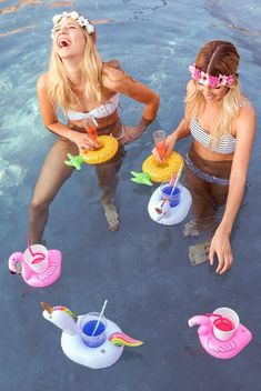 The perfect poolside party favors! Each little flamingo comes deflated and they squish down very small to fit in your suitcase or pool bag! Summer Of Love, Summer Fun, Summer Time, Summer Dates, Drink Floaties, Floaties Pool, Pineapple Drinks, Bachelorette Weekend, Summer Parties