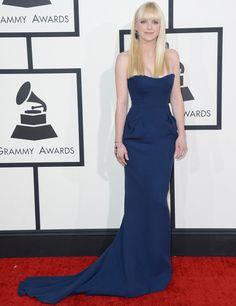 Anna Faris lució un discreto vestido azul marino de Fitriani.