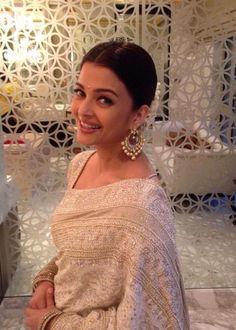 Indian Girls Villa: Aishwarya Rai Bachchan Looks Classy in White Saree. Actress Aishwarya Rai, Aishwarya Rai Bachchan, Bollywood Actress, Amitabh Bachchan, Bollywood Saree, Bollywood Celebrities, Bollywood Fashion, Off White Saree, Stylish Sarees