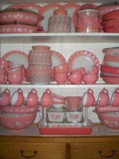 I love vintage Pyrex, and I'd love to have some pretty pink! Pyrex Vintage, Vintage Kitchenware, Vintage Dishes, Vintage Glassware, Antique Dishes, Vintage Dinnerware, White Dinnerware, Love Vintage, Vintage Pink