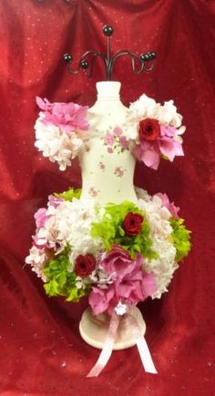 composition-florale-mannequin-porte-bijoux-hotensia-amp-rose-naturelle-eternelle