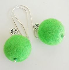 Laura from Montevideo-Uruguay shows in some fotos how she made the felted balls for these cute earrings
