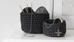 DIY crochet basket tutorial by Nimidesign. Crochet Home, Crochet Crafts, Crochet Yarn, Yarn Crafts, Crochet Stitches, Crochet Projects, Sewing Crafts, Crochet Patterns, Diy Crochet Basket
