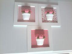 Trio de quadros em MDF com aplicacoes em vaso de ceramica e mini tulipas. Para compor a decoracao do quarto do bebe. A flor pode ser substituida por mini rosa. R$ 100,00