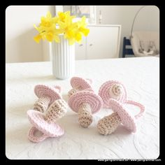 Hæklede små sutter! Crochet Designs, Crochet Patterns, Twin Baby Gifts, Crochet Books, Crochet For Kids, Baby Quilts, Baby Love, Crochet Projects, Free Pattern