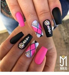 Setting up the best manicure and nail art design isn't merely about colors or pattern. Fabulous Nails, Perfect Nails, Gorgeous Nails, Pretty Nails, Pink Black Nails, White Nails, Black Wedding Nails, Silver Nails, Silver Glitter