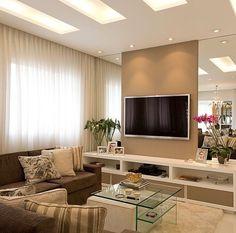 Sala de TV com painéis em espelho