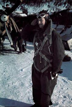 Luutnantti Olli Puhakka on palannut partiolennolta Äänisjärveltä Viitanan tukikohtaan. Puhakka saavutti 42 ilmavoittoa, ylennettiin kapteeniksi ja hänelle myönnettiin Mannerheim-risti n:o 175. SA-KUVA
