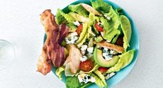 Salade gourmande au roquefort et bacon grillé Pizza Au Bacon, Ensalada Cobb, Creative Food, Food Truck, Avocado Toast, Picnic, Tacos, Healthy Recipes, Healthy Food