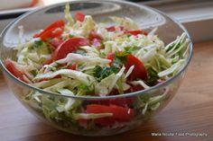 7 salate delicioase cu varza. Salate vegane pentru slabit sanatos – Jurnal optimist de parenting neconditionat Plat Vegan, Romanian Food, Romanian Recipes, Good Food, Yummy Food, Cata, Salad Recipes, Cabbage, Salads