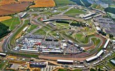 Storia del GP di Gran Bretagna a Silverstone alla vigilia della tappa numero 12 del campionato Il Gran Premio di Gran Bretagna di questo weekend a Silverstone è una tappa cruciale per il prosieguo del campionato: le due Yamaha di Rossi e Lorenzo inseguono Marquez in testa alla classifica, Crut #motogp #rossi #silverstone