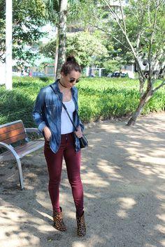 Blog da Nanda Pezzi: Look: Camisa jeans, calça marsala e bota de oncinha