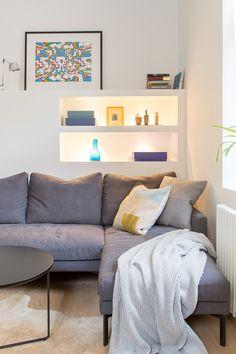 Olohuone uupui säilytystilaa, joten puuseppämme käsissä valmistui kaunis, valaistu kirjahylly. Kirjahylly toimii paitsi laskutilana, myös upeana yksityiskohtana pelkistetyssä olohuoneessa.  #huoneistoremontti #remontti #olohuone #kiintokaluste #kirjahylly Couch, Furniture, Home Decor, Homemade Home Decor, Sofa, Couches, Home Furnishings, Sofas, Sofa Beds