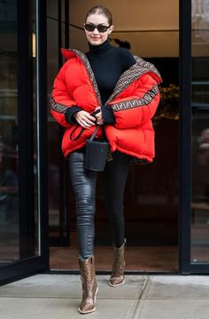 Gigi Hadid beats the rain in head-to-toe Fendi Celebrity Style Casual, Celebrity Style Inspiration, Inspiration Mode, Fashion Mumblr, Fashion Week, Winter Fashion, Gigi Hadid Outfits, Gigi Hadid Style, Cute Sporty Outfits