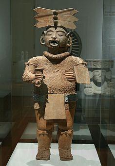 Teotihuacan Período clásico, fase de Xolalpan, 350 - 550 d.C.). Arcilla, estuco, pigmentos, 110 x 49 x 31 cm Museo Nacional de Antropología, México, D.F. Xipe Totec (el desollado) era venerado en Teotihuacan como dios de la vegetación, al igual que más tarde entre los aztecas. Se lo representa con la piel de un hombre sacrificado.