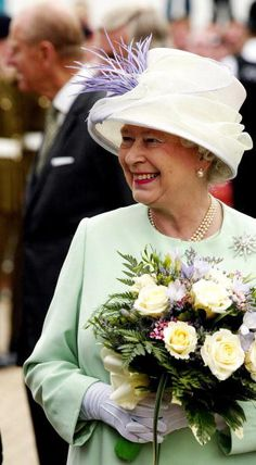 Queen Elizabeth, 2004. In 1981 QEII was be quested this brooch by a Lady Jardine. It is the Jardine Star brooch.