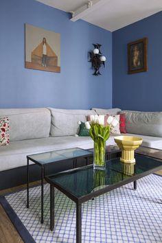 Paris – Memphis, un 65 m² sous influences Terrazzo, Ikea Vintage, Plaid Laine, Sombre, Vintage Design, Taupe, Furniture, Home Decor, Yellow Chairs