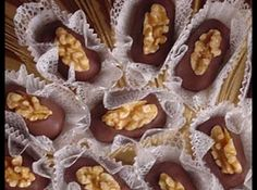 Receita de Camafeu de Nozes com Chocolate - camafeu de nozes é parecido com o do croquete, porém menor, pois parecerá maior quando receber a cobertura e a decoração com o pedaço de... Galaxy Desserts, Mini Desserts, Christmas Desserts, Sweet Recipes, My Recipes, Small Bakery, Taffy Candy, Dessert Packaging, Cookie Company