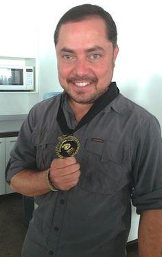 Antonio Urbina con la medalla de Disney Conservation Hero