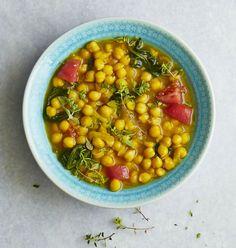 Cizrnová polévka s šafránem sušená cizrna 350 g cibule 1 ks olivový olej 1 lžíce česnek 1 stroužek drcený šafrán 2 g rajčata, oloupaná 4 ks špenát 300 g sůl snítky tymiánu na ozdobu Chana Masala, Tofu, Soup Recipes, Fresh, Cooking, Ethnic Recipes, Diet, Recipes, Kitchen