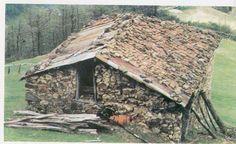 Santeos: Διάφορα έπιπλα και εργαλεία στη Σαντά Firewood, House Styles, Crafts, Home Decor, Woodburning, Manualidades, Decoration Home, Room Decor, Handmade Crafts