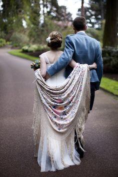 Conseils pratiques comment mettre une étole sur une robe de mariée pour un mariage, sur une jolie robe blanche, écrue ou colorée, une robe bustier.