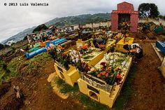 Tumbas en el cementerio de #Santiago #Sacatepequez arregladas para #DiaDeMuertos