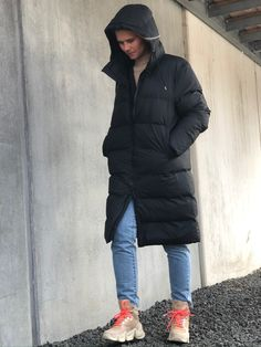 Long Puffer Jacket i sort er en dejlig varm lang vinterjakke fra Rains. Jakken er i et åndbart og vandtæt materiale. Jakken har et mat udtryk og er bare super cool til at tage over ethvert outfit! Så søger du en jakke der er både praktisk og cool, så er denne puffer jacket fra Rains et god bud! Puffer Jackets, Winter Jackets, Sort, Outfits, Black, Fashion, Jacket, Winter Coats, Moda