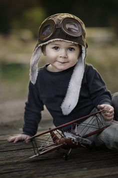 Great children photography idea Biggles hat and plane make it extra cute, but it's the great eye contact that does it! So Cute Baby, Baby Kind, Baby Love, Adorable Babies, Precious Children, Beautiful Children, Beautiful Babies, Cute Children Photos, Little People