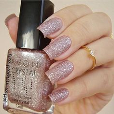 Tô DOIDA com essa opção de esmalte!!! Fica lindo pra noivas que curtem unhas delicadas. ❤ #nail #esmalte #noiva #bride #nailpolish