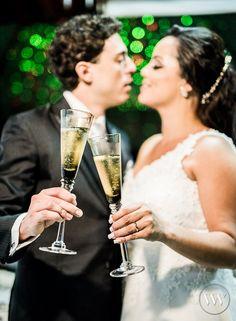 Vamos brindar à vida? Tim Tim!   #casamentobh #valwander #fotografiasemocionantes #amoremfotos #PaulaeMarco