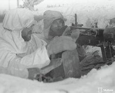 Soldiers of Finnish 25th Infantry Regiment manning their machine gun. Photo taken during temperatures of -37°C to -40°C. Karhumäki-Poventsa, 7.12.1941.