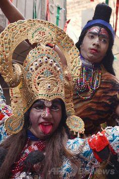 インド北部アムリツァル(Amritsar)で、ヒンズー教の春の祭典「ホーリー(Holi)」を前に行われたパレードで、シバ(Shiva)神(後方)と女神カーリー(Kali)に扮(ふん)した信者ら(2014年3月12日撮影)。(c)AFP/NARINDER NANU ▼13Mar2014AFP|春はもうすぐ、お祭りムードのインド http://www.afpbb.com/articles/-/3010264 #India #Amritsar #Holi #Shiva #Kali