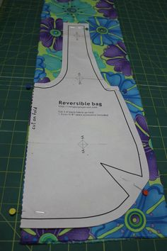 1 Choice 4 Quilting: Reversible Bag Tutorial featuring Ticklish by Me & My Sister Designs Small Sewing Projects, Sewing Projects For Beginners, Sewing Hacks, Sewing Tutorials, Sewing Crafts, Sewing Patterns, Hobo Bag Tutorials, Fun Projects, Fabric Crafts