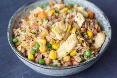 Prøv at lave denne lækre fried rice. Det er super nemt og smager rigtig godt! Det tager kun 20 minutter at bikse sammen og du kan bruge en rest ris til det.