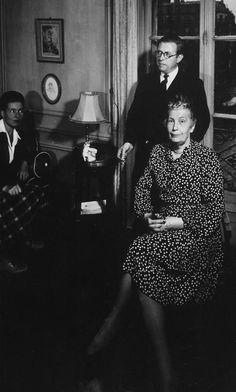 Simone de Beauvoir, sa mère - Françoise Brasseur de Beauvoir - et Sartre. Paris. Donnée inconnue.