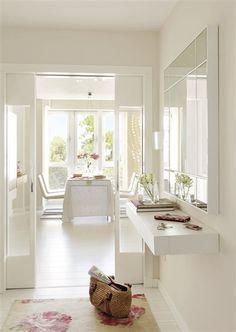 Reinventa tu recibidor con pequeños cambios Elige un mueble con estilo, dale color a una pared, coloca un gran espejo... Con estos y otros cambios sencillos pero con mucho efecto estrenarás recibidor cuando quieras. Un espejo de cuerpo entero Un espejo en el recibidor es una invitación a la claridad, pero además modifica la percepción del espacio y es útil para mirarse antes de salir. • ¿Dónde y cómo? No coloques el espejo delante de la puerta de entrada ya que puede crear confusión. Mejor…