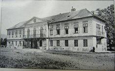 Trnavské mýto - Berchtoldov palác okolo roku 1930.Postavený bol v roku 1832 a zbúraný v roku 1981 pri stavbe DPOH Bratislava, Arch, Louvre, Europe, Mansions, House Styles, City, Building, Travel