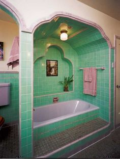A modern bath exhibited at the Metropolitan Museum of Art in 1929 showcased black Kohler fixtures in all-the-rage Deco—the distinctive lines of which are seen in this lavender and green inset tub from the same year. Art Deco Bathroom, 1920s Bathroom, Small Bathroom, Retro Interior Design, 1980s Interior, Casa Retro, Vintage Bathrooms, Green Bathrooms, Retro Home Decor
