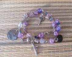 Traumhaft schönes Wickelarmband- gekettelt mit silberfarbenen Zwischenteilen- bestehend aus einer Vielzahl violetter Crackleperlen, Kristallperlchen u