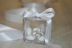 ΜΠΟΜΠΟΝΙΕΡΑ ΓΑΜΟΥ κουτί plexiglass με δέσιμο από σατέν κορδέλα διπλής όψης, 7 κουφέτα Χατζηγιαννάκη και στοιχείο-κόσμημα εσωτερικά Napkin Rings, Wedding, Home Decor, Gifts, Valentines Day Weddings, Decoration Home, Room Decor, Weddings, Home Interior Design