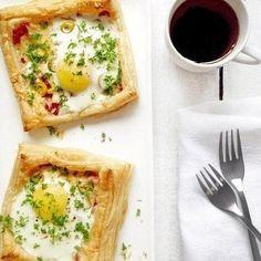 Слойка на завтрак с яйцом и сыром