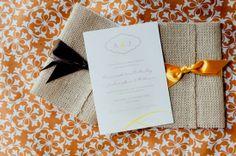 Envelope de juta. Bem simples, apenas com um laço colorido. Lindo para um casamento com decoração rústica.