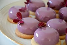 Skovbær petit four med glaze og mørdejsbund Small Desserts, Fancy Desserts, Cookie Desserts, Delicious Desserts, Mousse Dessert, Mini Cakes, Cupcake Cakes, Cupcakes, Sweet Recipes