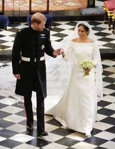 Prince Harry has married his American bride Meghan Markle in a glittering royal ceremony at St George's Chapel in Windsor Castle. The bride surprised us all by wearing a wedding dress designed by Givenchy's Clare Waight Keller. Royal Wedding Outfits, Royal Weddings, Wedding Gowns, Wedding Ceremony, Wedding Cake, Wedding Flowers, Lady Diana, Estilo Meghan Markle, Meghan Markle Stil